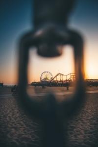 鎖の先に遊園地