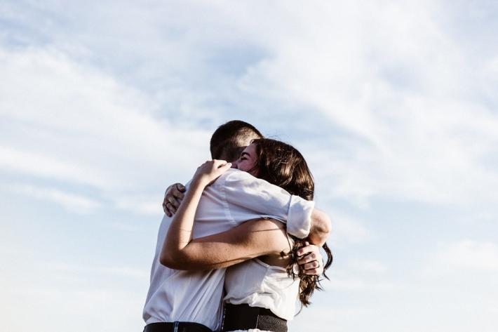 笑顔で抱き合う男女