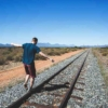 線路を散歩する男性