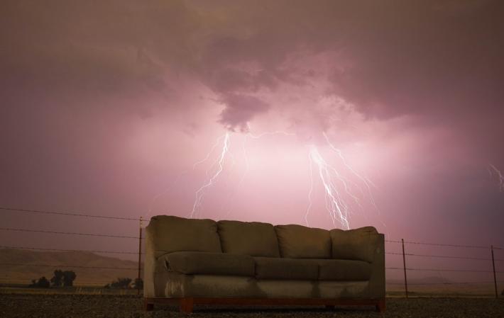 雷雨に濡れるソファ