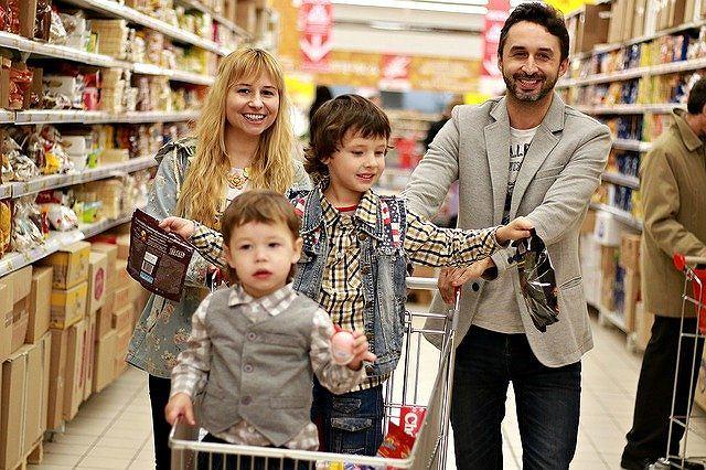 笑顔で買い物をする家族