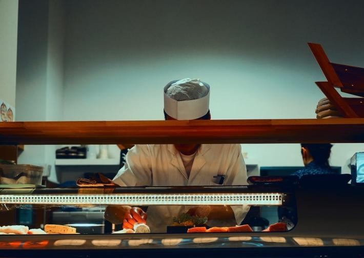 寿司屋で作業する寿司職人