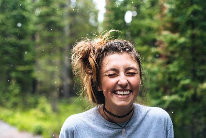林道で笑顔の女性