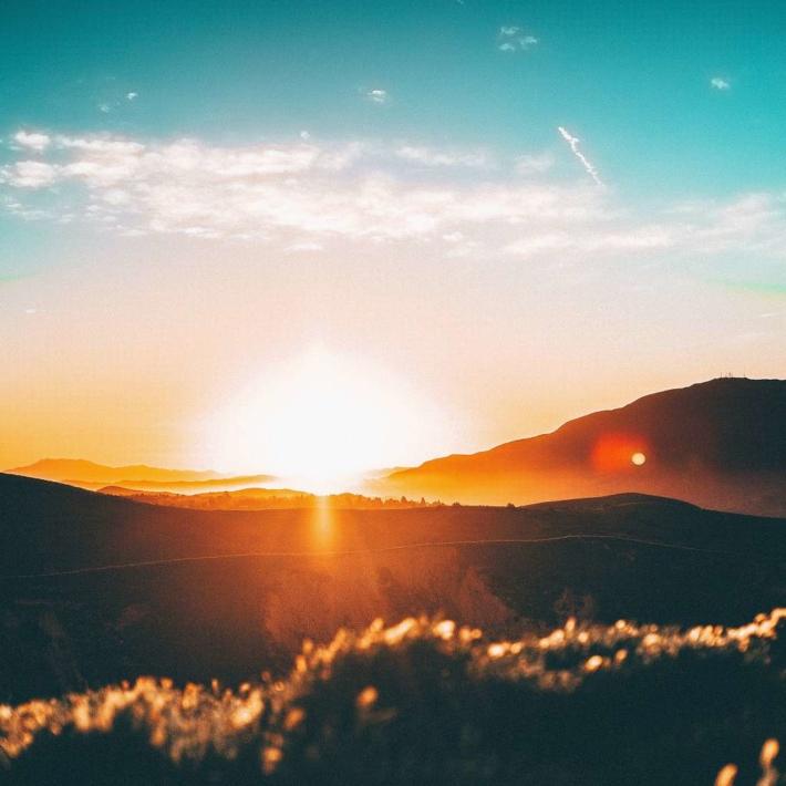 山々の間から差し込む朝日