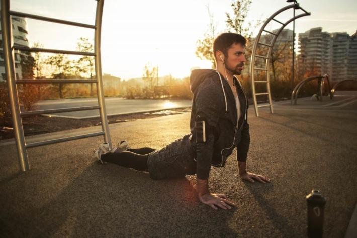 早朝、公園でトレーニングする男性