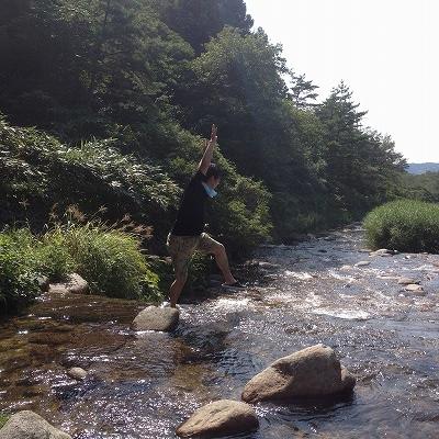 川でジャンプする男性