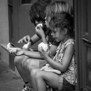 おやつを食べる3人の女の子