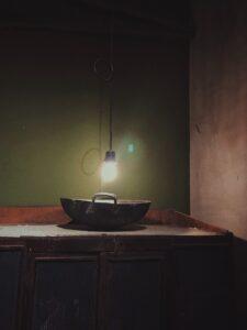 電球に照らされるボウル