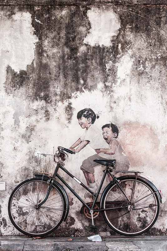 少年の壁画と自転車